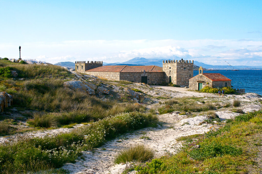 Vista posterior del castillo y la capilla de la Isla de Sálvora