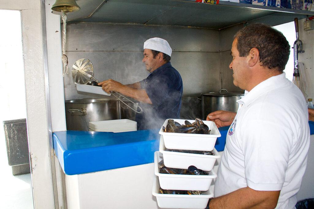 Preparación de mejillones al vapor a bordo del barco