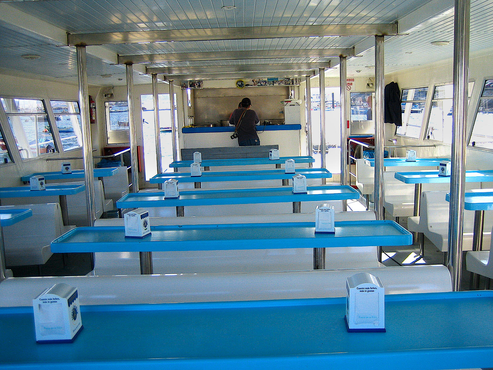 Mesas en la cubierta inferior del barco